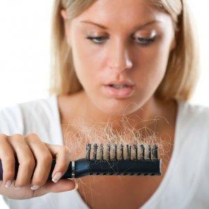 Почему сильно выпадают волосы на голове у женщин: причины, что делать в домашних условиях