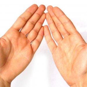 Между пальцами на руке красное пятно шелушится